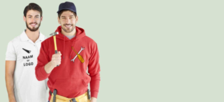 Twee werkmannen in polo shirt en hoodie met bedrijfslogo