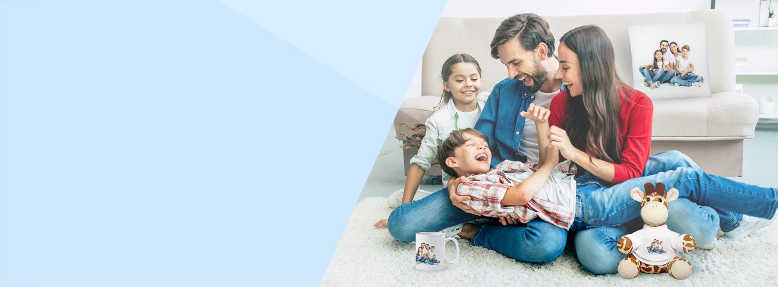 Gelukkige familie met verschillende gepersonaliseerde fotogeschenken