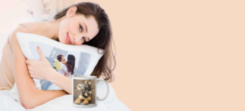 Vrouw houdt een kussen vast bedrukt met eigen ontwerp