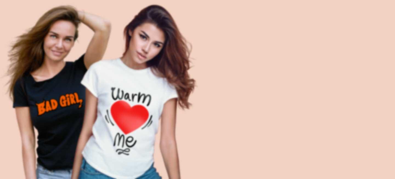 Twee vrouwen in bedrukte t-shirts met eigen ontwerp