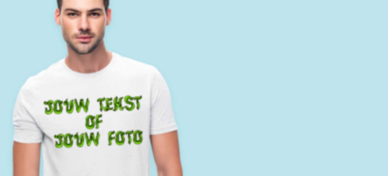 Jonge man in wit T-shirt bedrukt met eigen tekst met 3D-effect