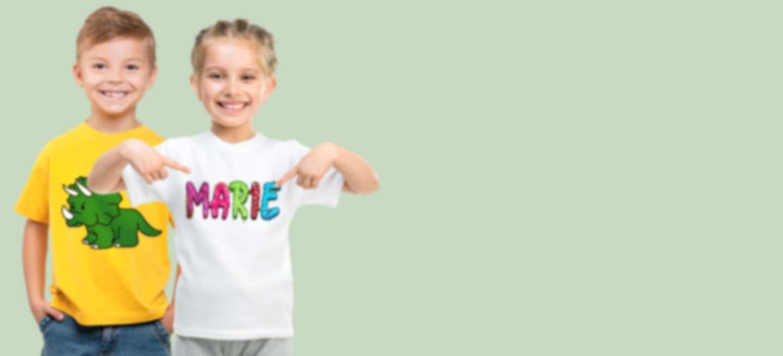 Meisje en jongen in bedrukte T-shirts met een cool ontwerp