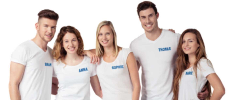 Groep mensen in wit T-shirt met eigen naam en logo