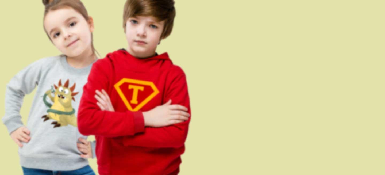 Meisje en jongen in hoodie met eigen cool ontwerp