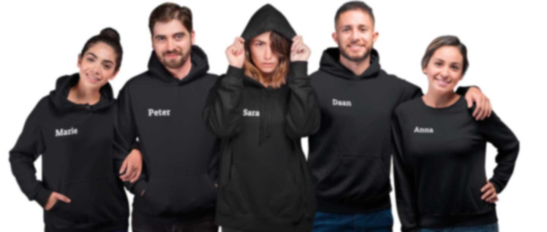 Groep mensen in hoodies en truien bedrukt met hun naam